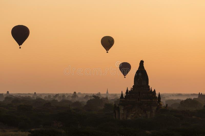 BAGAN, MYANMAR, EL 2 DE ENERO DE 2018: Globos del aire caliente sobre los templos antiguos imagenes de archivo