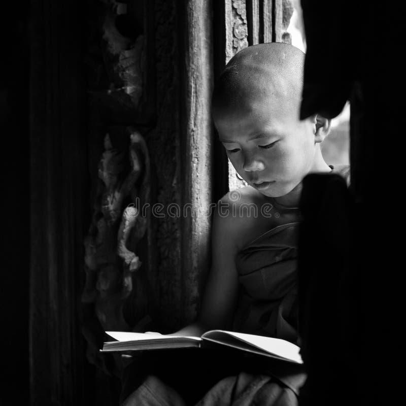 BAGAN, MYANMAR - 18 février, le moine lit photos stock