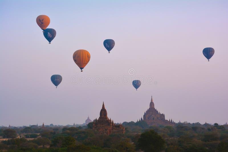 BAGAN, MYANMAR - 18 FÉVRIER 2016 : Vol stupéfiant sur les montgolfières au-dessus de Bagan photos stock