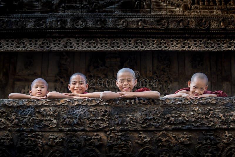 BAGAN, MYANMAR - 18 febbraio, il monaco sta sorridendo fotografia stock