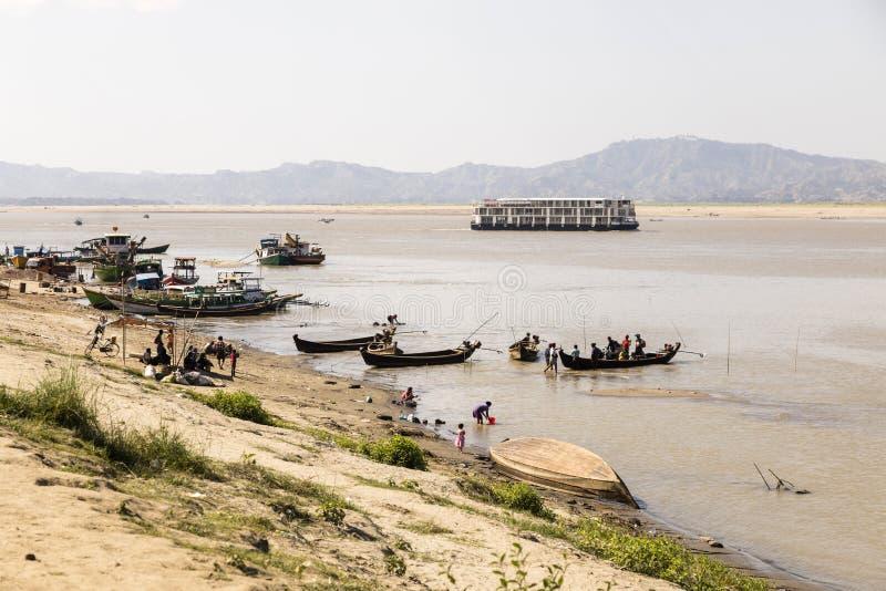Bagan, Myanmar, Grudzień 27 2017: Łódkowaty jetty irrawaddy rzeka obraz stock