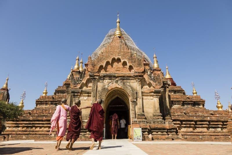 Bagan, Myanmar, Grudzień 28 2017: Buddyjscy nowicjuszi odwiedzają świątynię w Bagan zdjęcia royalty free