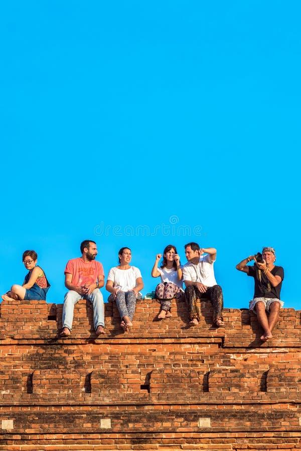 BAGAN MYANMAR, GRUDZIEŃ, - 1, 2016: Ludzie siedzą na górze pagody Odbitkowa przestrzeń dla teksta pionowo fotografia stock