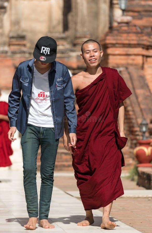 BAGAN MYANMAR, GRUDZIEŃ, - 1, 2016: Michaelita z mężczyzna chodzi przez świątynnych ziemi pionowo obraz stock