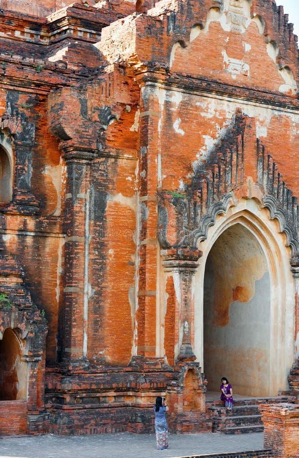 BAGAN MYANMAR, GRUDZIEŃ, - 1, 2016: Widok fasada pagoda pionowo fotografia royalty free