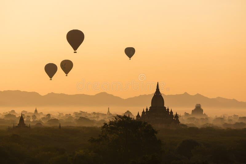BAGAN, MYANMAR, 2 JANUARI, 2018: Toneelzonsopgang over de oude tempels van Bagan royalty-vrije stock afbeelding
