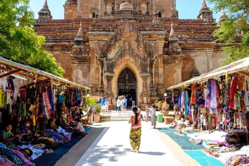 Bagan Myanmar - Juni 30, 2015: Turister och lokalt folk in för royaltyfri fotografi