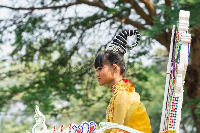 Bagan, Myanmar - Maart 2019: de initiatieceremonie van Shinbyu van de beginner Boeddhistische monnik in een dorp stock foto's