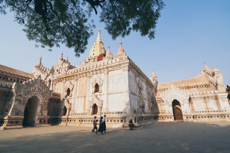 Bagan, Myanmar - Maart 2019: mensen die door Ananda tempel bij zonsondergang lopen royalty-vrije stock afbeelding