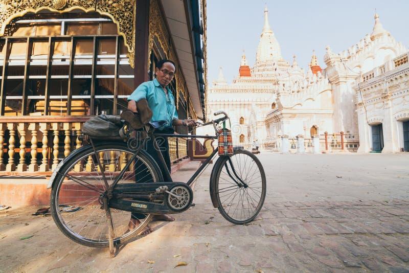 Bagan Myanmar, Marzec, - 2019: Birmański mężczyzny parking bicykl w podwórko Ananda świątynia obrazy stock