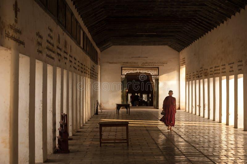 BAGAN, MYANMAR - MAYO 3,2013: Paseo no identificado del neófito del budismo fotografía de archivo