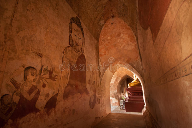 BAGAN, MYANMAR - MEI 4: Het standbeeld van Boedha binnen oude pagode stock foto's