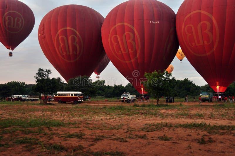 BAGAN, MYANMAR - NOVEMBER 19, 2015: Heldere rode luchtballons op gebied, Weergeven van overvloed van rode luchtballons op grond v royalty-vrije stock afbeeldingen