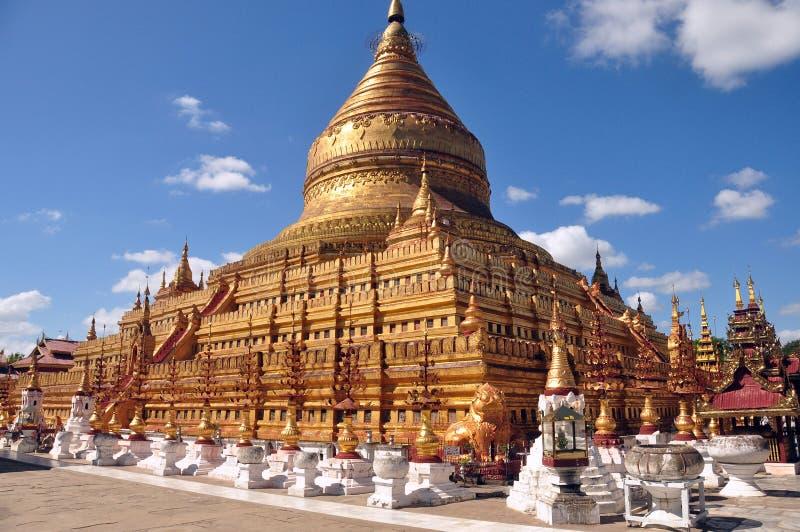 BAGAN MYANMAR - NOVEMBER 18, 2015: Sakral Shwezigon pagod Guld- paya, buddistisk tempel i gammal forntida huvudstad i Burma beröm arkivbilder