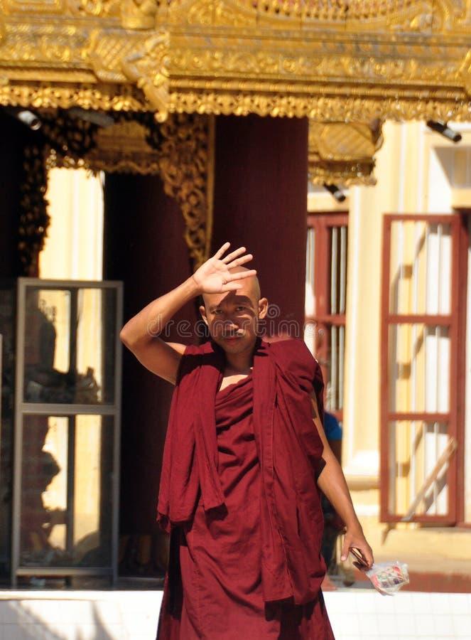 BAGAN, MYANMAR - 13 NOVEMBRE 2015 : Portrait ethnique de moine Jeune homme asiatique dans la robe longue de la position de moine  image libre de droits