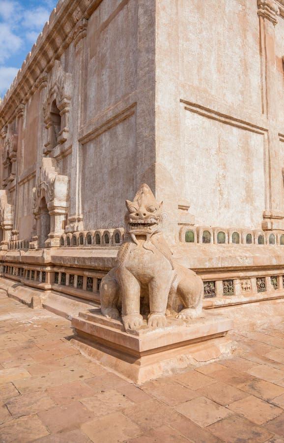 Bagan, statua del leone ad Ananda Temple immagine stock libera da diritti
