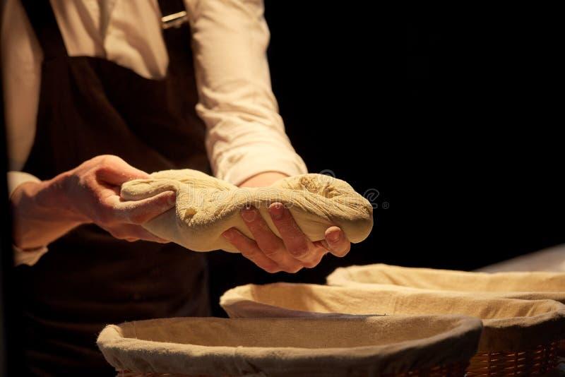 Bagare med degresning i korgar på bagerit royaltyfri foto