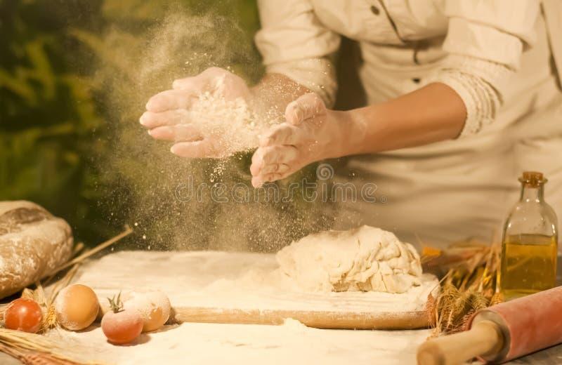 Bagaren för kvinna` s räcker blandning, att knåda deg och framställning av bröd royaltyfria foton