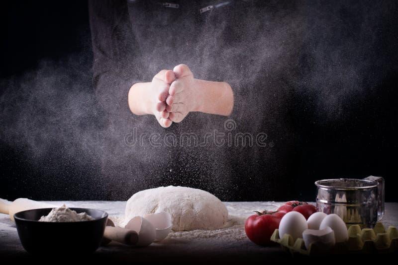 Bagaren förbereder degen på tabellen royaltyfria bilder