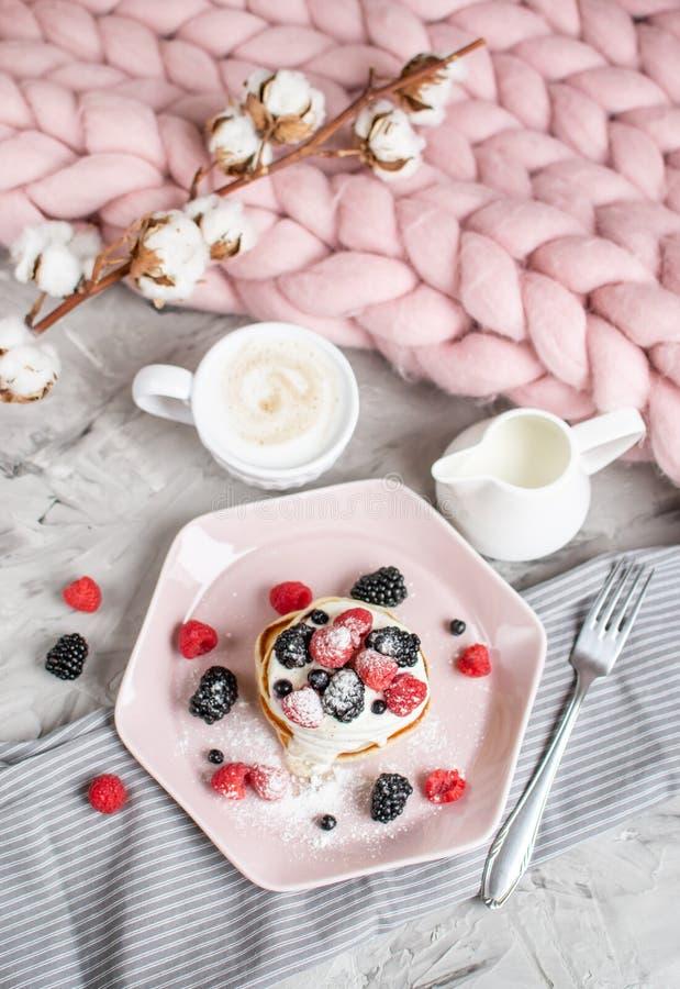 Bagas cor-de-rosa pasteis do creme de leite da placa da cobertura Merino gigante caseiro de lãs do cappuccino das panquecas fotografia de stock