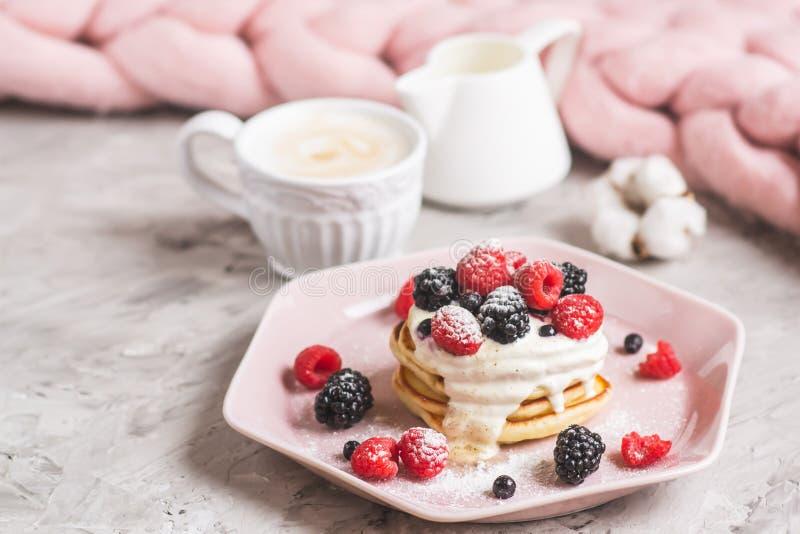 Bagas cor-de-rosa pasteis do creme de leite da placa da cobertura Merino gigante caseiro de lãs do cappuccino das panquecas foto de stock royalty free