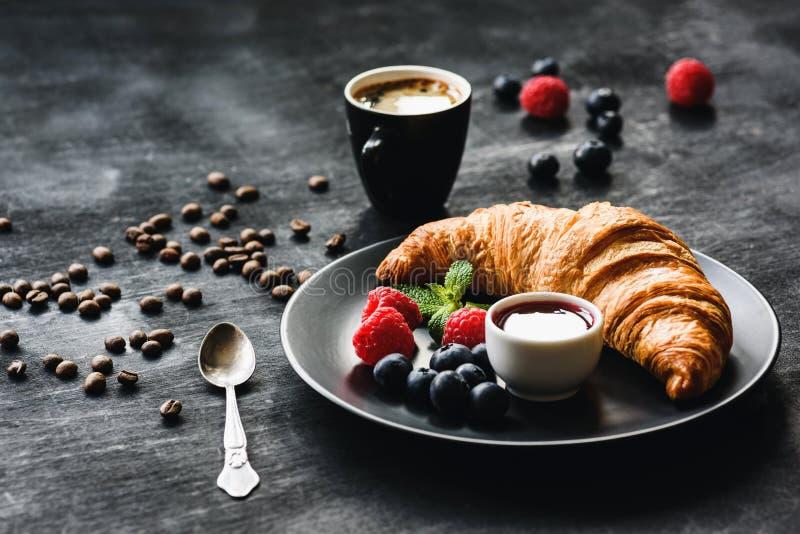 Bagas do croissant e copo de café frescos foto de stock