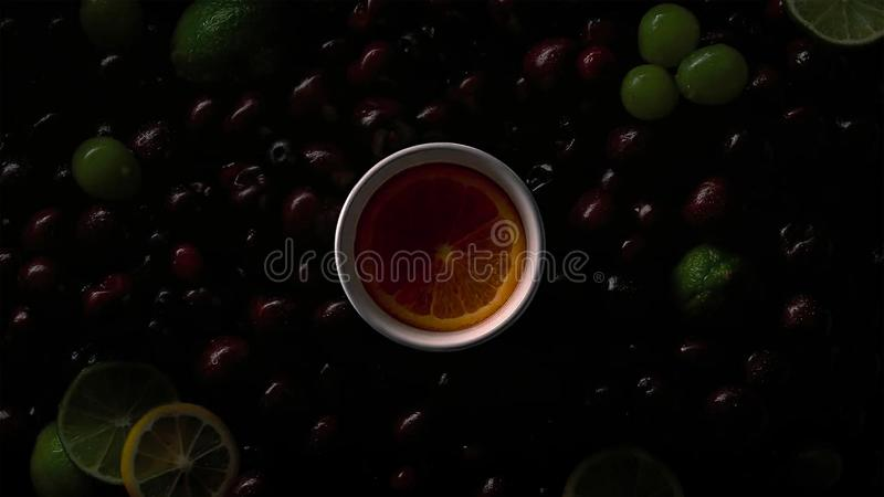 Bagas em gotas da água com cerejas, uvas verdes, fatia alaranjada, cal, fatias do limão fotos de stock royalty free