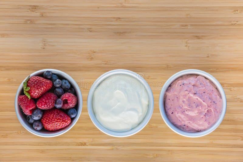 Bagas frescas com iogurte e gelado foto de stock