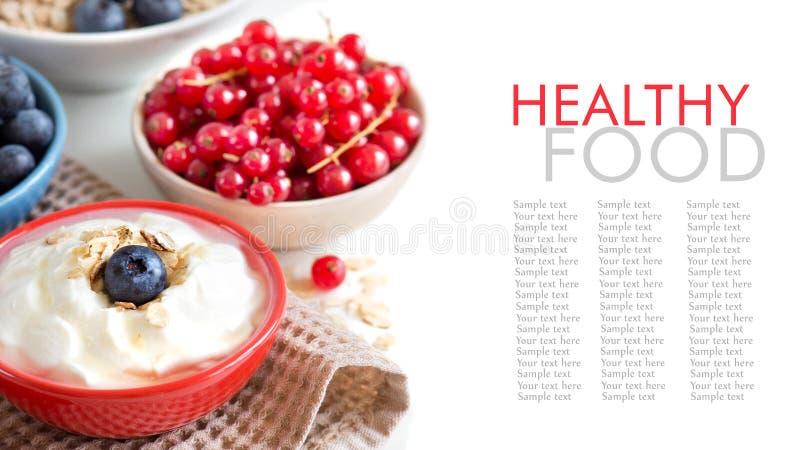 Bagas frescas com iogurte ou creme de leite natural fotografia de stock royalty free
