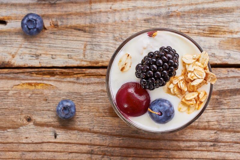 Bagas frescas e muesli da sobremesa do iogurte vith imagem de stock