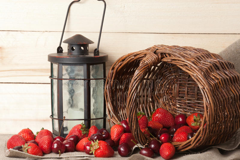 Bagas, lâmpada e a cesta fotos de stock royalty free