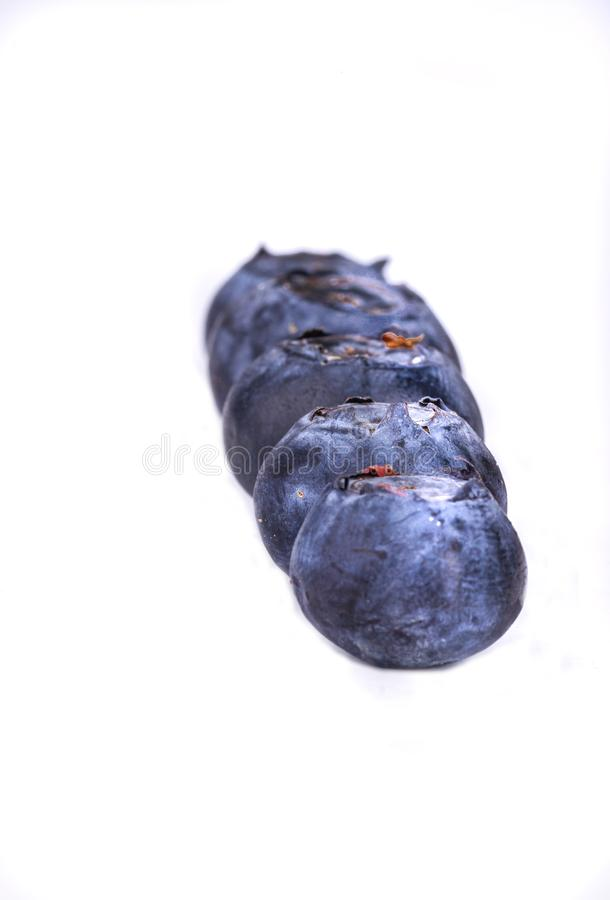 Bagas pretas Fruta em um fundo branco Fruta para a sobremesa A adição perfeita à massa Isolado com um fundo fotografia de stock royalty free