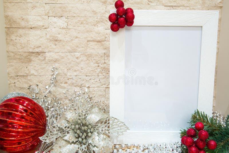 Bagas vermelhas com ramos de árvore do abeto, modelo branco do quadro Vermelho e imagens de stock royalty free