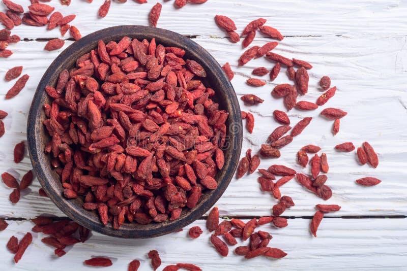 Bagas vermelhas do goji na bacia fotos de stock royalty free
