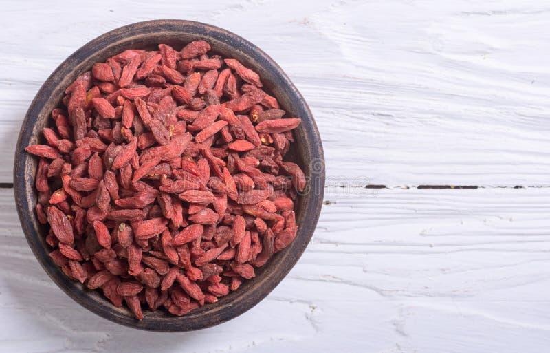 Bagas vermelhas do goji na bacia imagem de stock