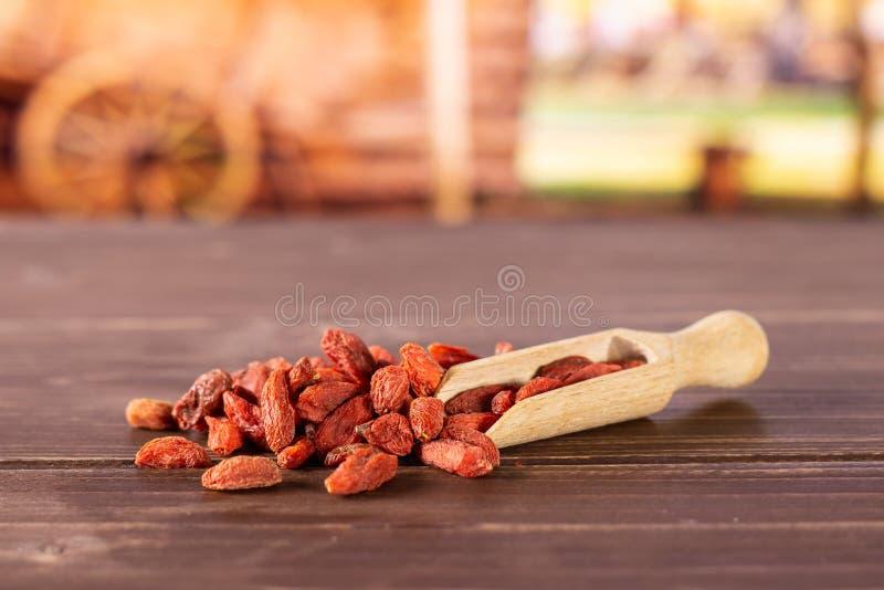 Bagas vermelhas secadas do goji com carro foto de stock