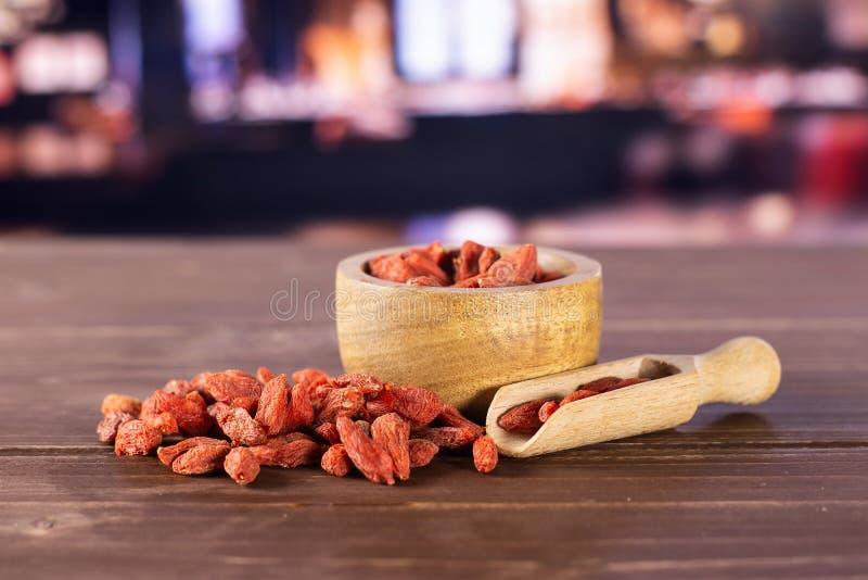 Bagas vermelhas secadas do goji com restaurante fotografia de stock