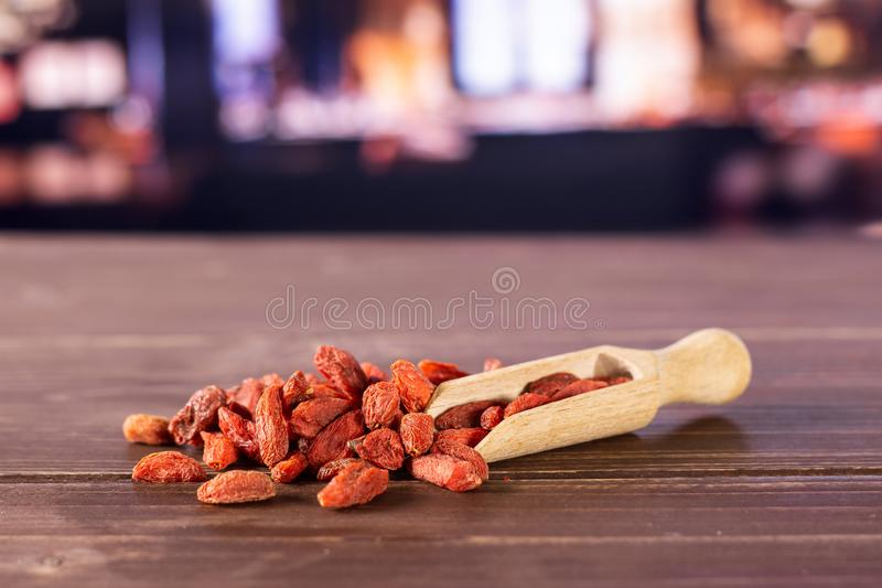 Bagas vermelhas secadas do goji com restaurante imagens de stock