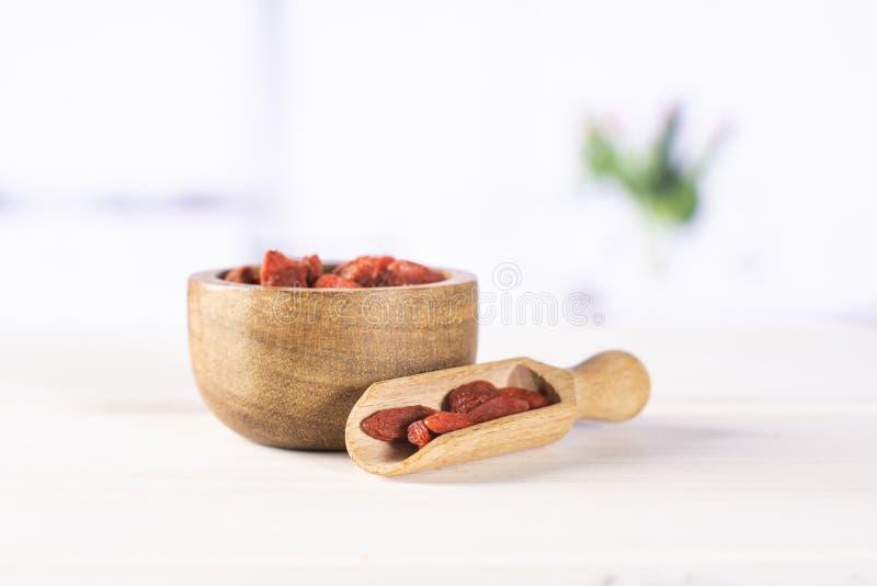 Bagas vermelhas secadas do goji com tulipas vermelhas fotos de stock