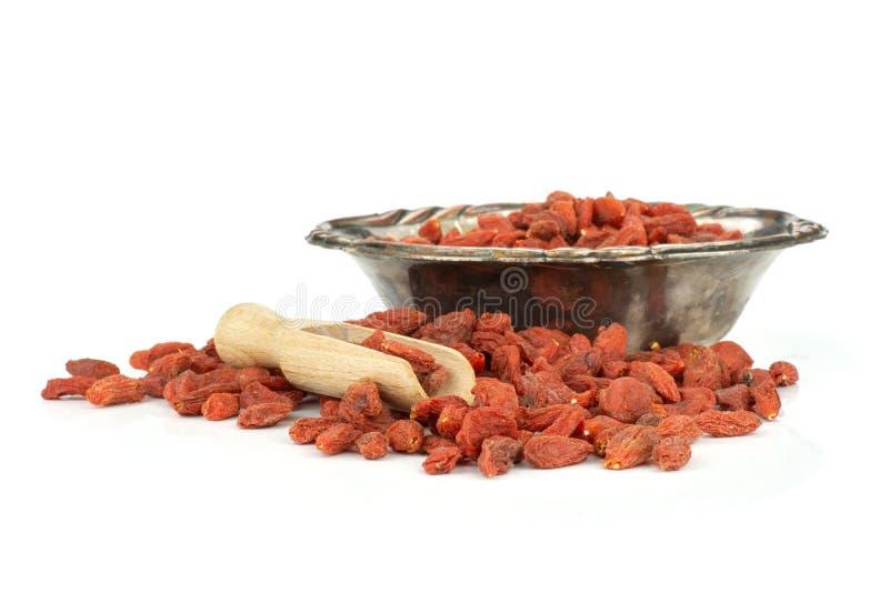 Bagas vermelhas secadas do goji isoladas no branco fotografia de stock royalty free