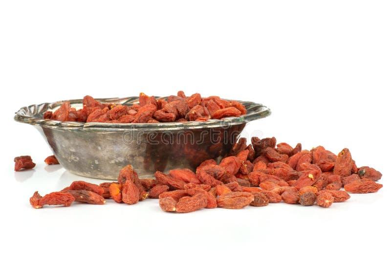Bagas vermelhas secadas do goji isoladas no branco imagem de stock royalty free