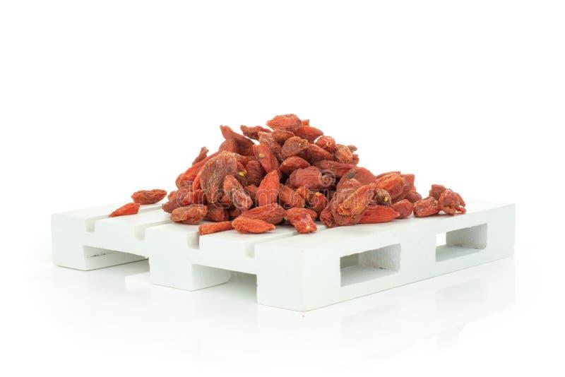 Bagas vermelhas secadas do goji isoladas no branco imagens de stock royalty free