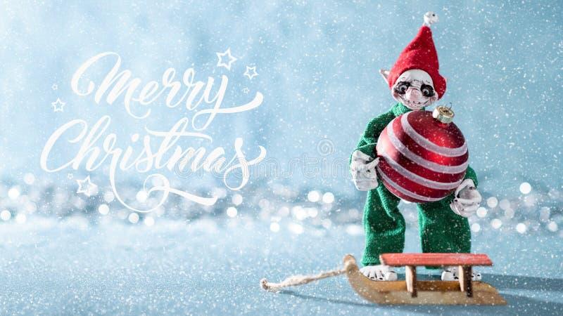 Bagattella allegra sveglia di Natale di caricamento di Elf dell'assistente di Santa su Santa Sleigh Scena di Natale del polo nord immagine stock