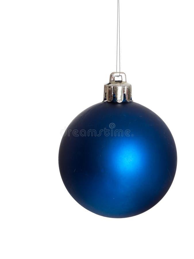 Bagattella blu di Natale che appende sulla catena argentea immagini stock