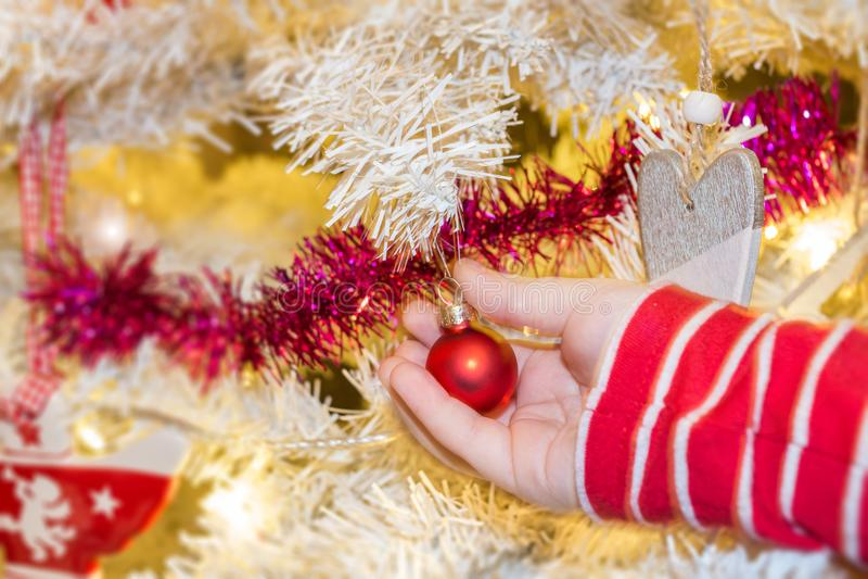 Bagattella della decorazione di Natale della tenuta immagine stock