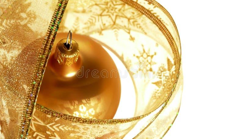 Bagattella di natale dell'oro in nastro immagine stock libera da diritti