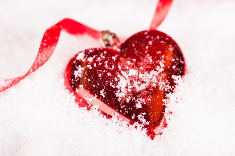 Bagattella a forma di di Natale del cuore rosso immagine stock libera da diritti
