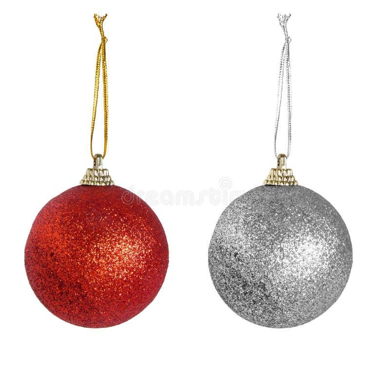 Bagattelle rosse e d'argento di Natale isolate sopra fondo bianco immagini stock