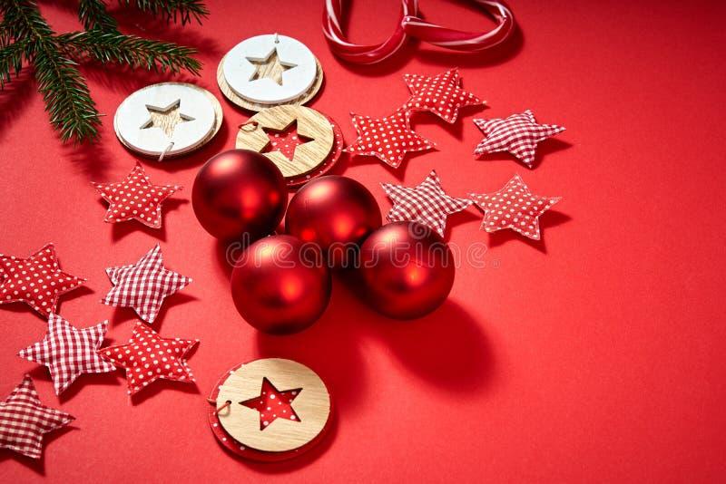 Bagattelle, stelle e decorazioni di Natale su un fondo rosso immagini stock libere da diritti