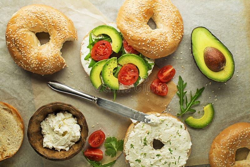 Bagel σάντουιτς με την κρέμα αβοκάντο και τυριών στοκ εικόνες